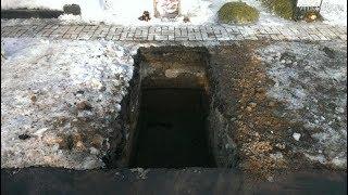 Выкопали гроб с покойником