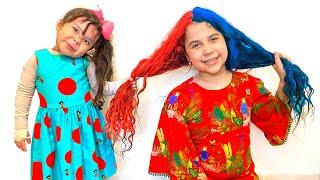 SARAH E ELOAH FINGE BRINCAR de PINTAR O CABELO colorido