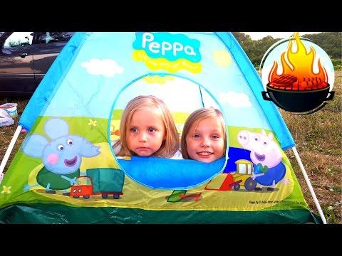 Дети построили домик палатку для ночевки