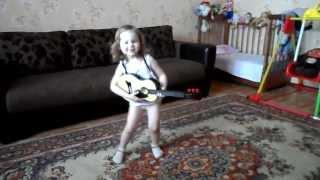 Маленькая девочка танцует и поет