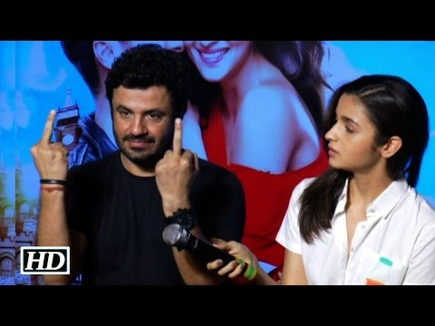 Shaandaar director Vikas Bahl Shows Middle Finger ! Why ? Watch Here
