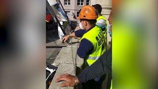 Trabajadores de Alcoa se encadenan en la Sudelegación del Gobierno en Lugo