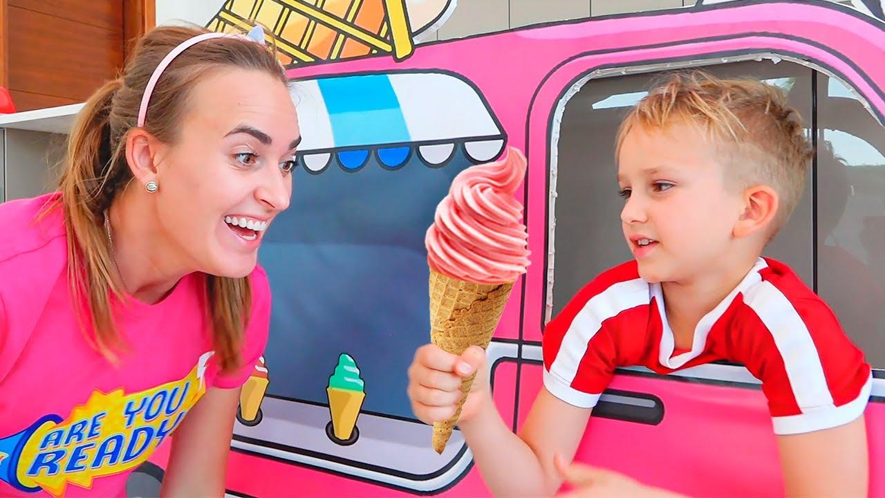 Влад и Никита играют в мобильные игры для детей