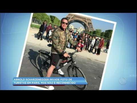 Hora da Venenosa: Arnold Schwarzenegger paga mico ao invadir foto de turistas