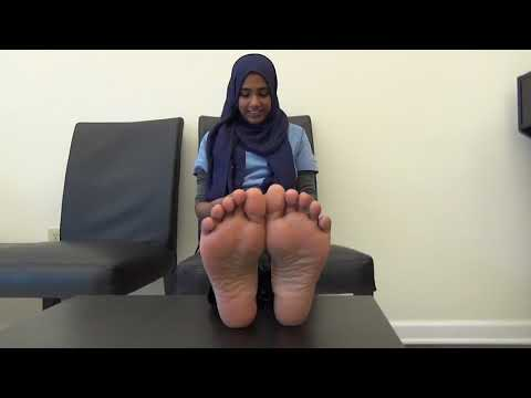 Hijabi shows her sexy soles