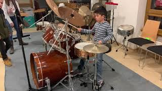 Claudio Lutz 7 Jahre mit einem eigenem Schlagzeugsolo - bei der Probe -   7575