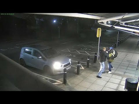 شاهد: رجل مسن يلكم لصا حاول سرقة أمواله  - نشر قبل 2 ساعة