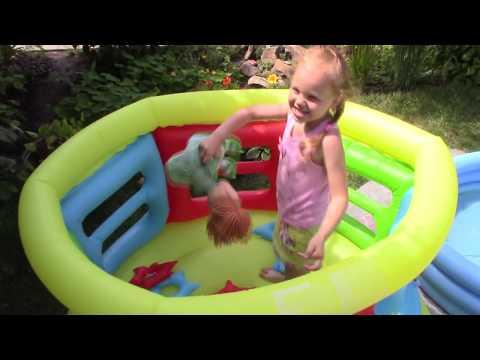 БАТУТ! БАССЕЙН! Вика отдыхает на даче, прыгает на батуте, купается в бассейне!