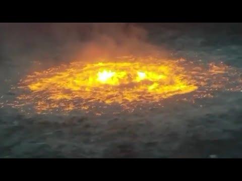 Immagini surreali dell'oceano in fiamme per una fuga di gas