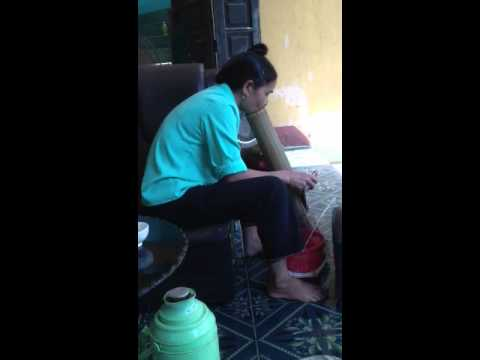Nguoi phu nu Hoa Binh hut thuoc lao