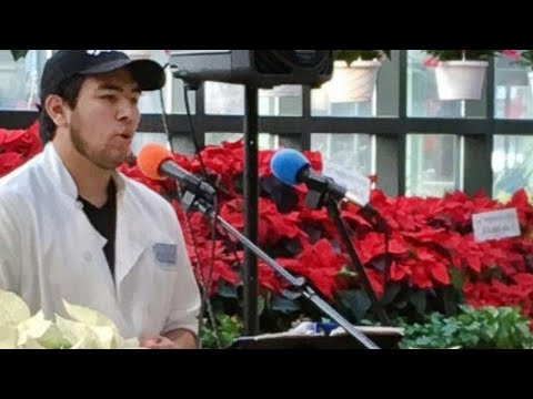 Grocery Store Employee Wows Shoppers With Christmas Carols