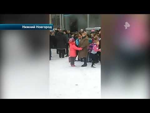 При пожаре в школе в Нижнем Новгороде одну женщину спасли с 3 го этажа с помощью матов