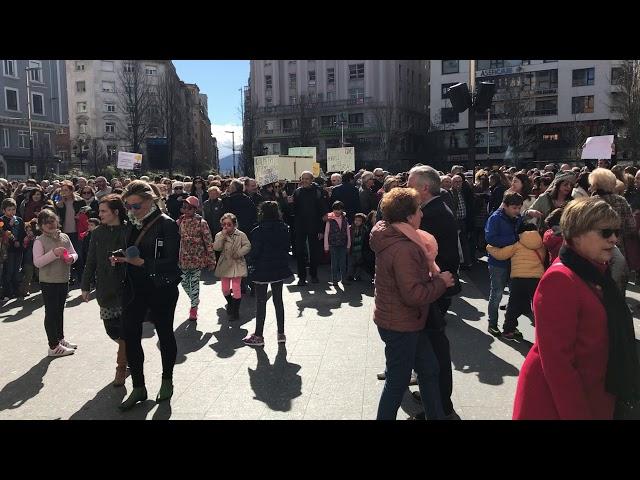 Concentración contra el Metro-TUS de Santander en la plaza del Ayuntamiento