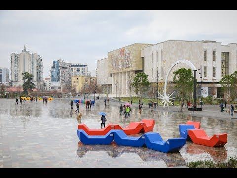 """Tirana si Vjena, në sheshin """"Skënderbej"""" vendosen 41 stola shumëngjyrësh të stilit vjenez"""