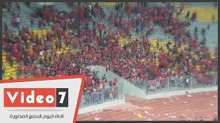 """بالفيديو .. جماهير الأهلى تلقى """" كراسى """" استاد برج العرب فى الملعب بعد تكسيرها"""