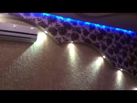 красивый дизайн комнаты отдыха с неоновой подсветкой