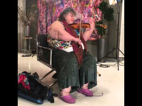 Lipedema patient Kathleen playing the violin.