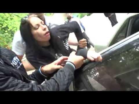 4 мужика запихивают девушку в машину на пороге суда Бельц