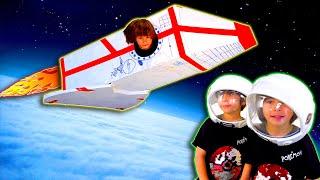 DANI y EVAN van a LA LUNA 🌝 en su NAVE ESPACIAL 🚀 de juguete de CARTON ♻