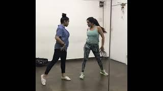 मोनालिसा गर्म नृत्य रिहर्सल