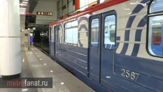 Поезд метро в новой окраске на станции