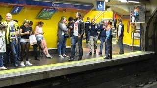 Gece maç çıkışı gençlerin Madrid metro güvenliği ile makarası
