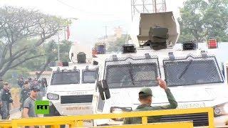 Momento en el que militares desertores cruzan con tanquetas a Colombia atropellando gente
