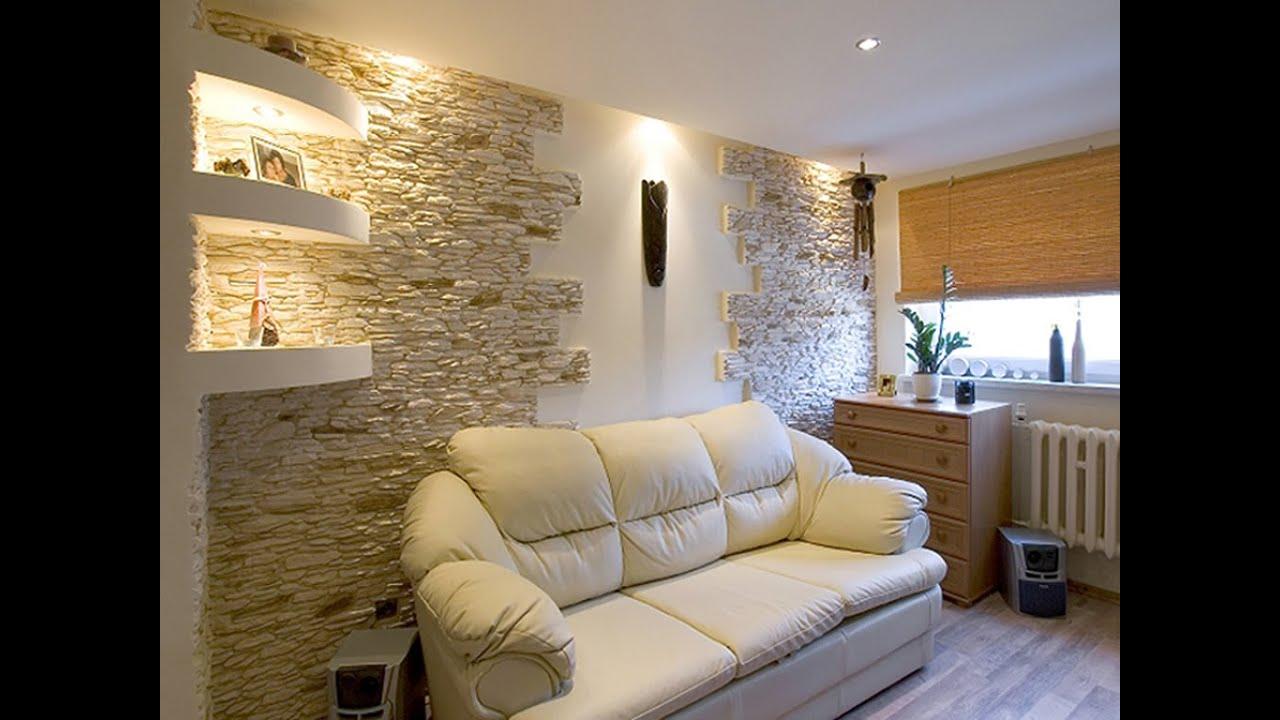Отделка стен декоративным камнем и обоями в зале 17