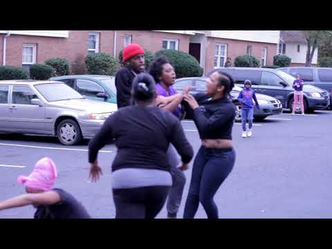 Another hood chick fight in the hood 2 sisters knoout red bone