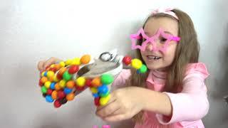 Ксюша играет в продавца сладких подарков для детей. Sweet surprise for kids