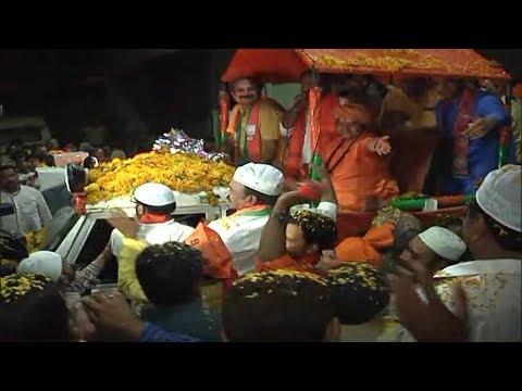 भोपाल के मुस्लिम इलाके में साध्वी प्रज्ञा का हुआ जोरदार स्वागत, देखिए जनता ने क्या कहा
