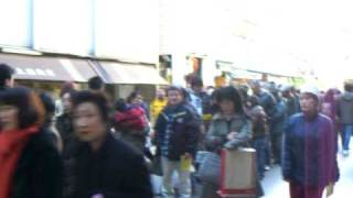 吉祥寺の名店SATOの名物メンチカツを求めて行列する人々です。映画「グ...