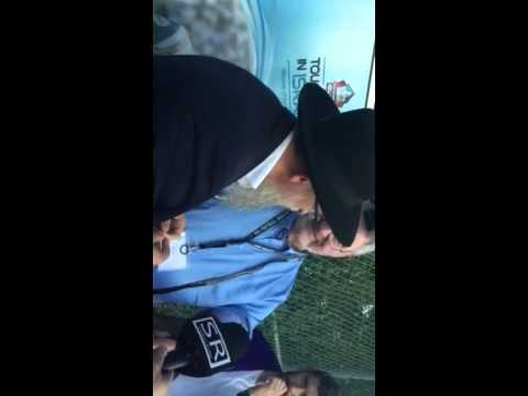 NFL Pro Football Hall of Famer Ron Mix puts on Tefillin for 1st time