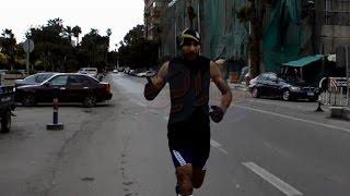 عداء مصري يستغل ذكري 25 يناير ويمارس رياضة الجري بشوارع الجيزة