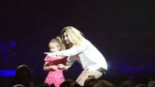 Shania Twain gets little girl on stage to sing Verizon Center Washington, DC 07/21/215