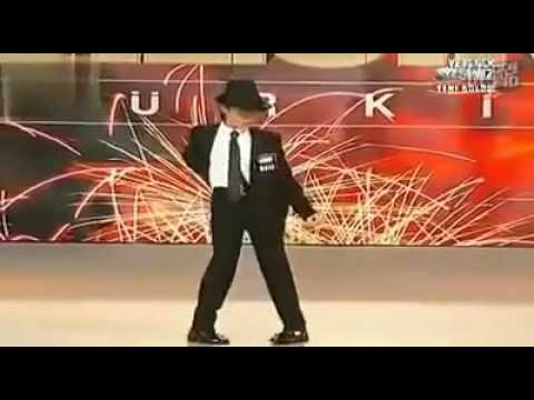 Michael Jackson: Funny young boy dancing to Michael Jackson song LIVE on stage
