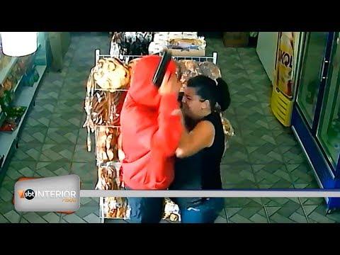 Mulher reage a assalto e leva cabeçada de bandido; câmeras flagram ação