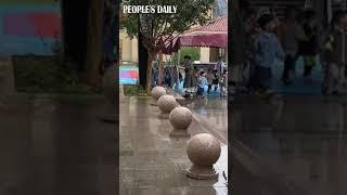 A kindergarten used a wheeled umbrella to send kids out in Huai'an, east China's Jiangsu province.