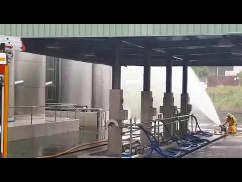 Bomberos trabajando en la zona de O Ceao afectada por la nube tóxica