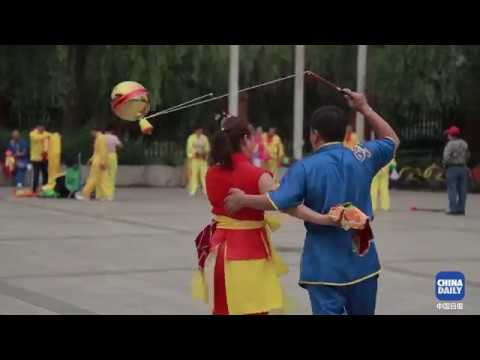 The senior diabolo team of Beijing Sports University come up with new tricks to play with diabolos