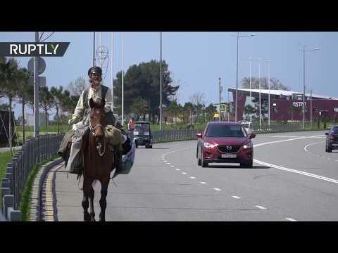 La única forma de viajar: Junto a su caballo visita todas las sedes del Mundial