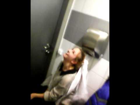 девушка получила в туалете ловко