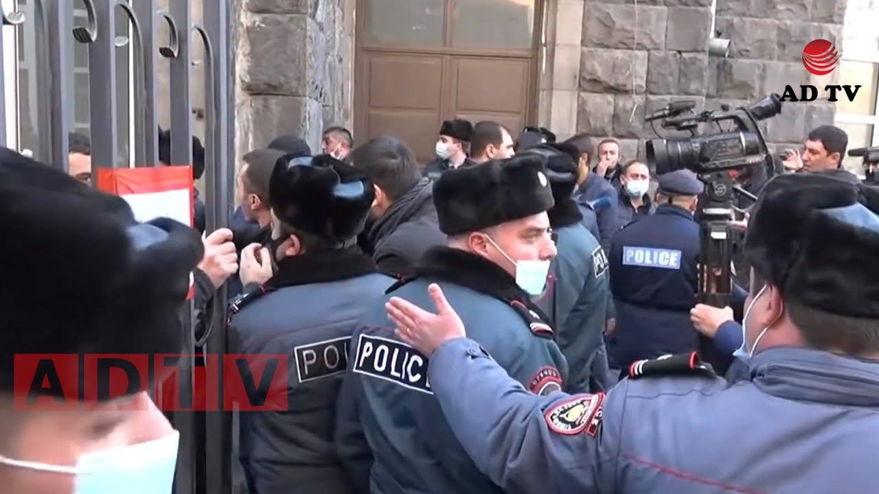 Տեսանյութ.Քաշքշուկ Տնտեսագիտական համալսարանի մոտ. ցուցարարը դարպասի վրայով ներս մտավ