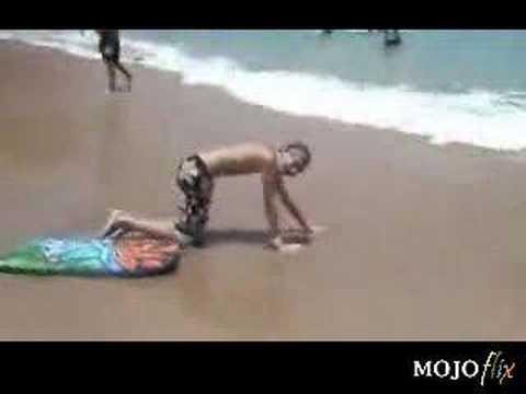 ילד טמבל בחוף הים