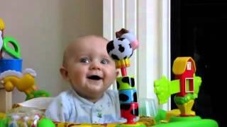 видео Что делать если ребенок пугается своих ручек / Замучили колики / Две проблемы одно решение
