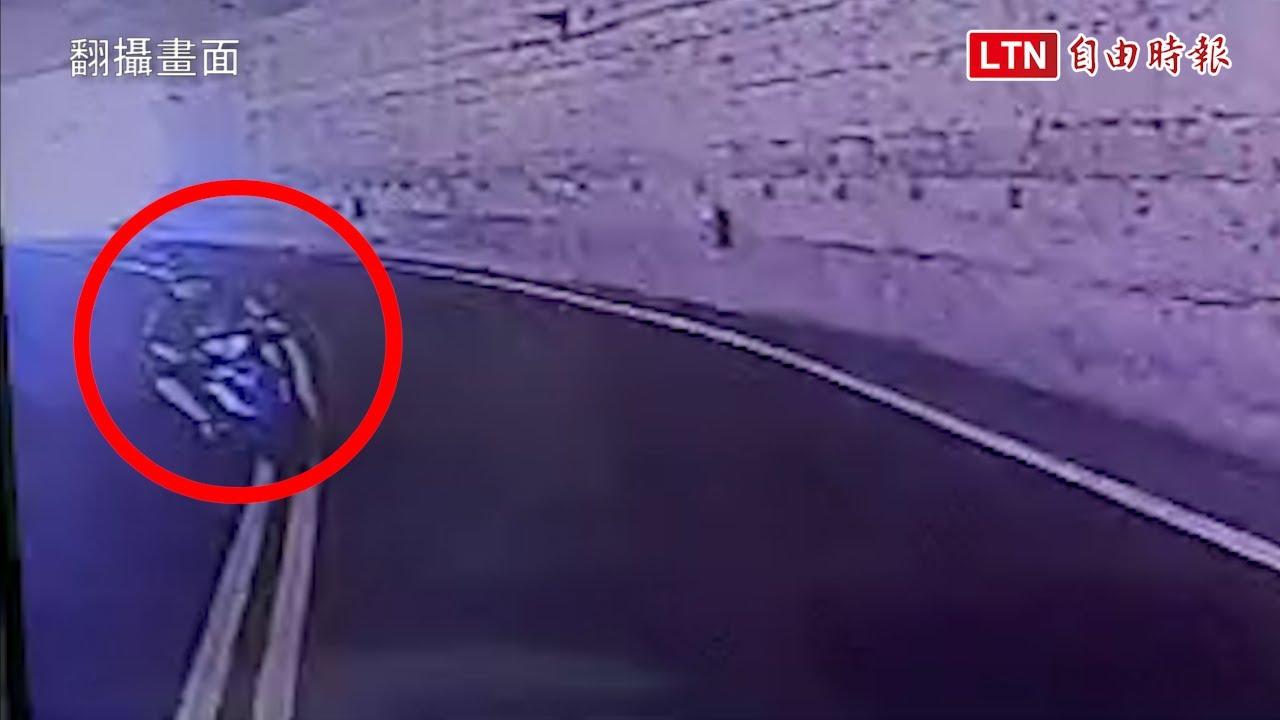 畫面曝光!非司機稱併騎聊天 騎士隧道內超車撞對向客運亡(翻攝畫面)
