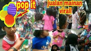 jualan mainan viral pop it di bulan puasa laku keras    ide usaha / vlog jualan mainan keliling
