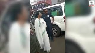 Mamata Banerjee gets out of car, objects to chants of 'Jai Shri Ram'