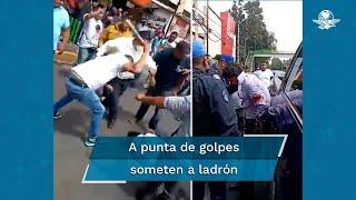 Con golpes y palos, un grupo de hombres logran bajar a un presunto ladrón de una patrulla, el cuál había sido asegurado por elementos de la policía de Tlalpan