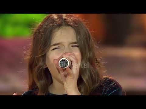 Erza qui chante ébloui par là nuit au Kosovo